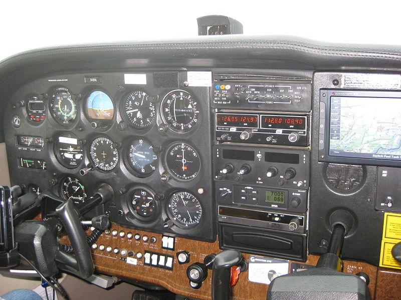 800px-Cessna172cockpit