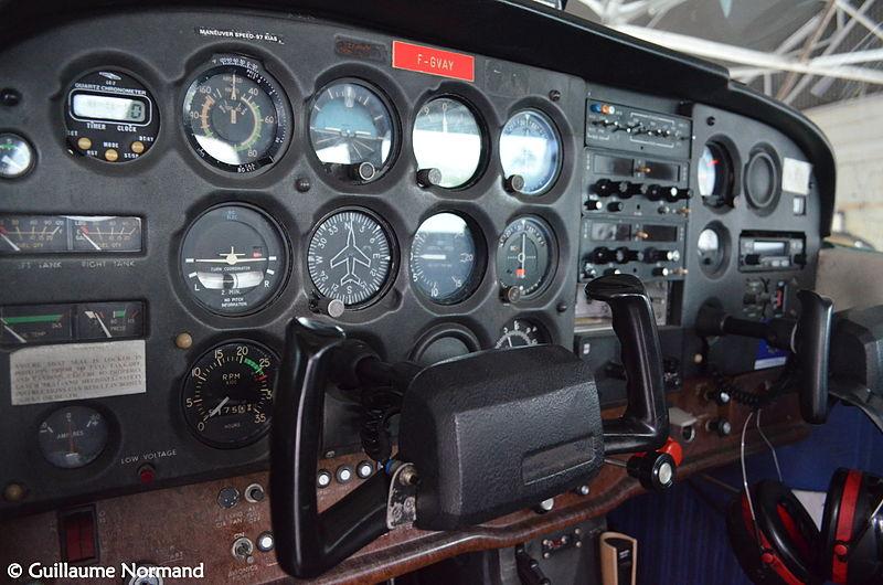 Old_C172_cockpit__F-GVAY___14375138039_